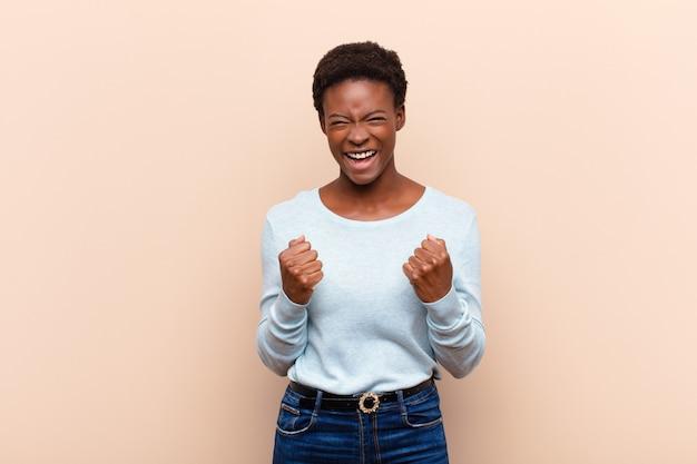 Торжествующе крича, смеясь и чувствуя себя счастливым и взволнованным, празднуя успех