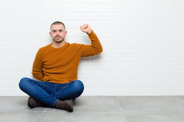 Чувствовать себя серьезным, сильным и мятежным, поднимать кулак, протестовать или бороться за революцию
