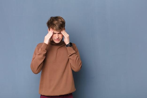 Выглядит напряженным и расстроенным, работает под давлением с головной болью и обеспокоен проблемами