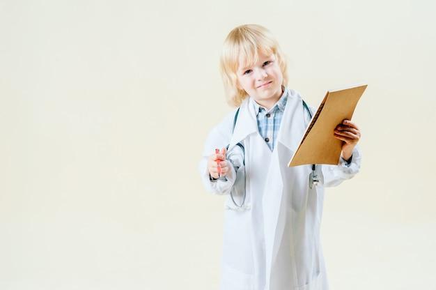 医者の服の金髪金髪少年