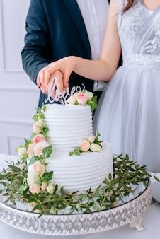 花と白いウェディングケーキ