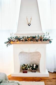 暖炉のあるリビングルームのクリスマスインテリア