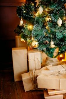 クリスマスツリーとギフトボックスクリスマスの家の装飾