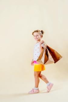 ブラックフライデー。小さなブロンドの女の子は、クラフトパッケージを保持します