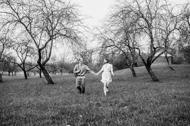 Женщина в военной форме ссср с букетом роз. день победы в честь окончания второй мировой войны. праздник, посвященный второй мировой войне в россии.