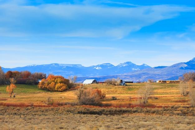 秋のワイオミング州の農場