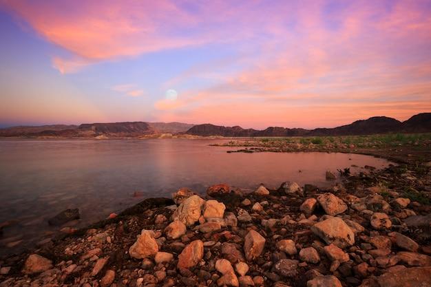 ミード湖ネバダ州の月の出の日没