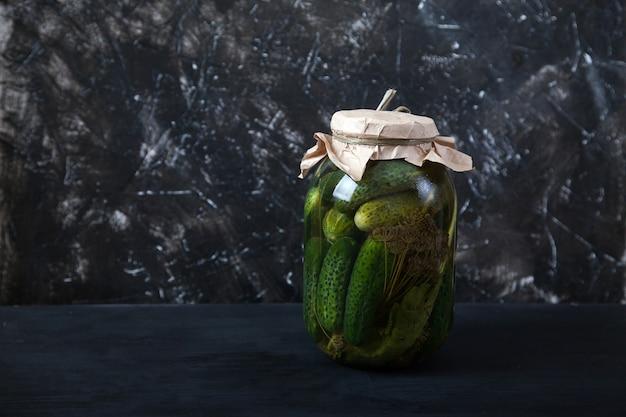 ガラスの瓶に発酵したキュウリ