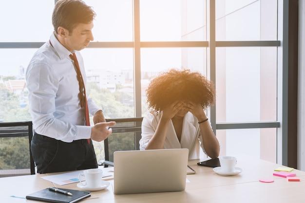 上司としてのビジネスマンは彼の従業員を非難し、忠告します。