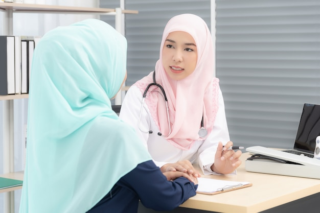 女性医師が女性患者にアドバイスを与えます。