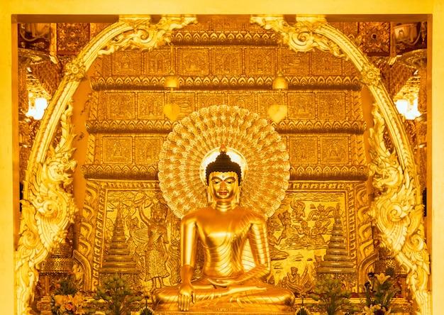 美しい黄金の仏像。