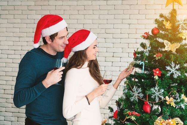 カップルのクリスマスのお祝い。