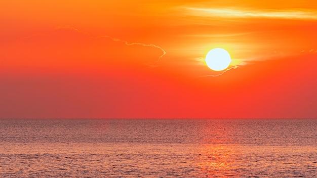 Закат большого солнца.