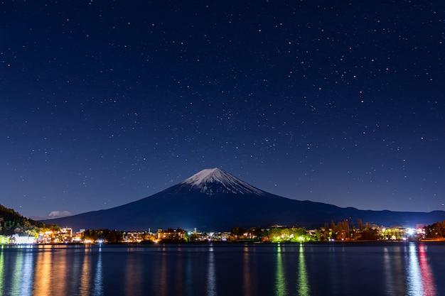 Гора фудзи ранней ночью.