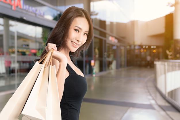 Женщина в день покупок.