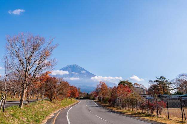 美しい紅葉の富士山の風景。