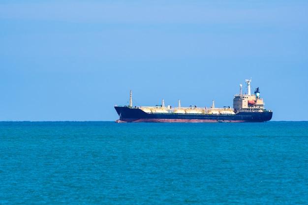 Грузовой корабль в море.