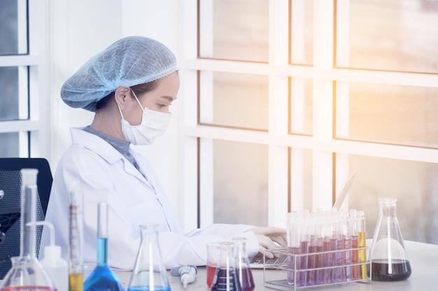 実験室の女性科学者。