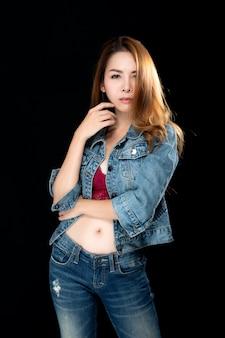 Азиатская женщина секси в джинсах.