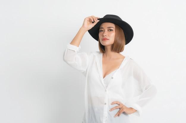 Рубашка красивой молодой азиатской моды белая.