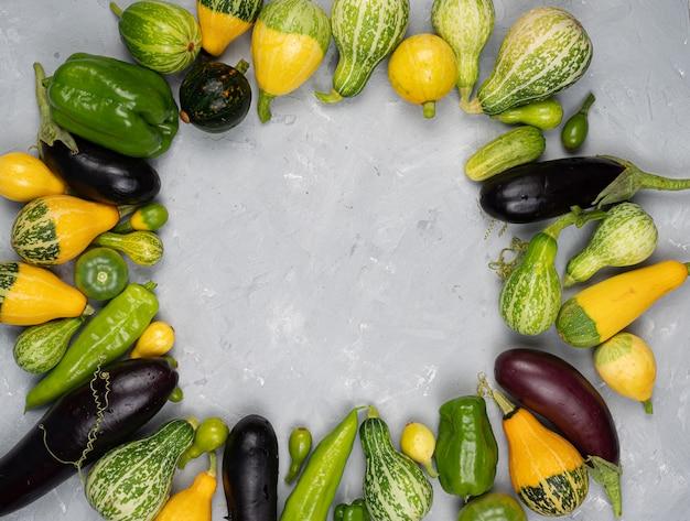 ズッキーニ、ナスは明るい灰色の背景に横たわる、収穫