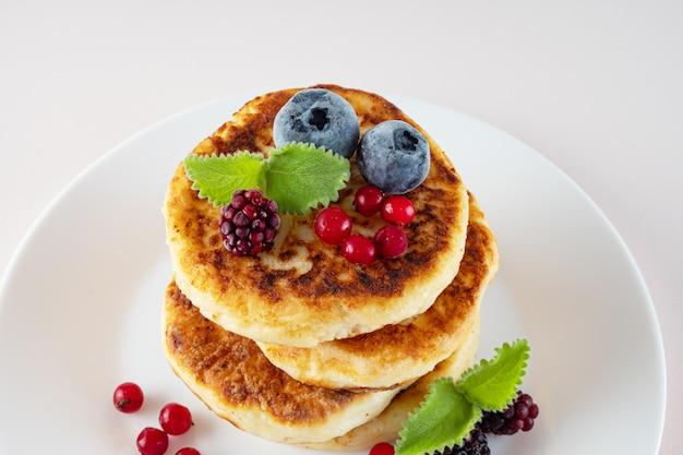 Вкусный завтрак, домашние классические американские блины со свежими ягодами, утро. светлая стена.