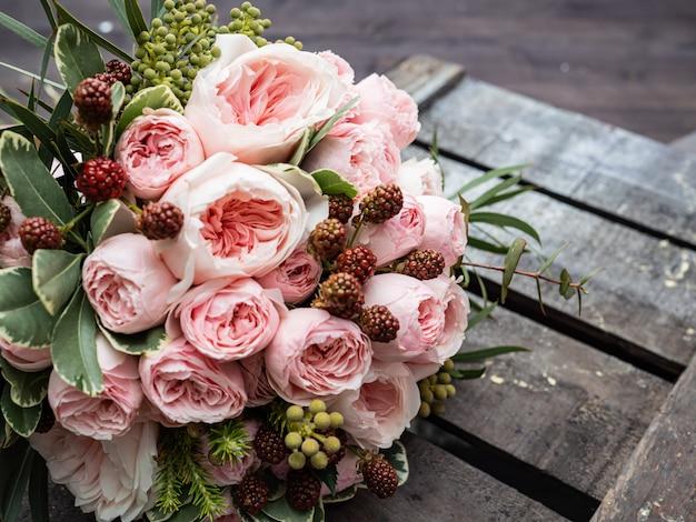 Красивый свадебный букет из кустовых и пионовых нежно-розовых роз.