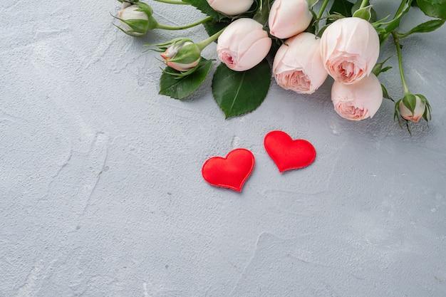 Красное сердце и кустовые розы, день святого валентина, концепция любви. копировать пространство
