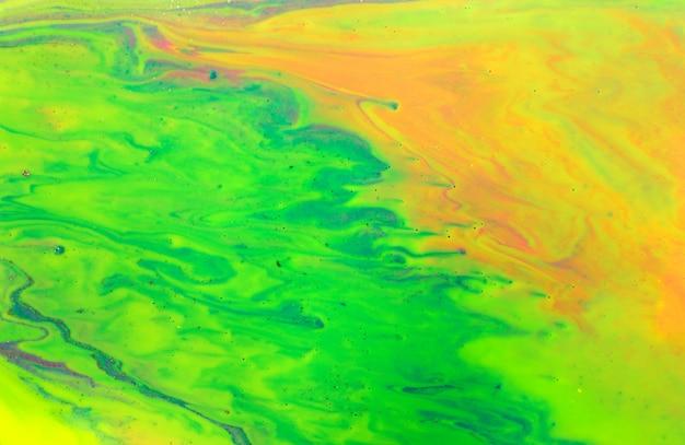 金色のキラキラとネオン色の大理石のパターン。蛍光液体の背景。アートワークの抽象的な明るい質感。
