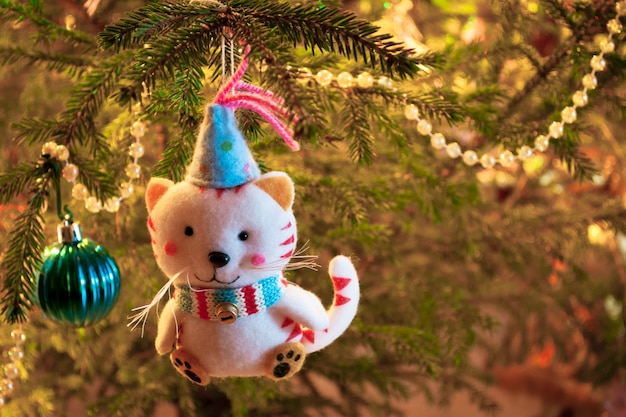 Крупный план украшений кота рождественской елки. ретро стиль