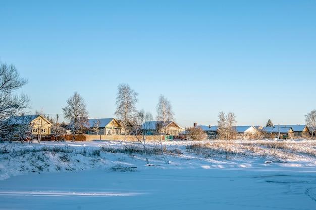 ロシアの冬の村、雪、太陽、ロシアの中央部