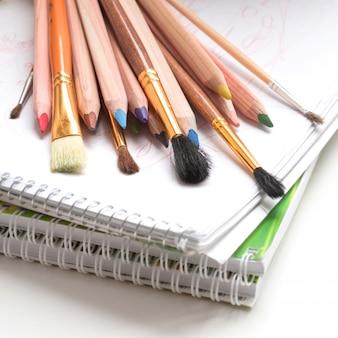 色鉛筆、メモ帳、ペイントブラシ
