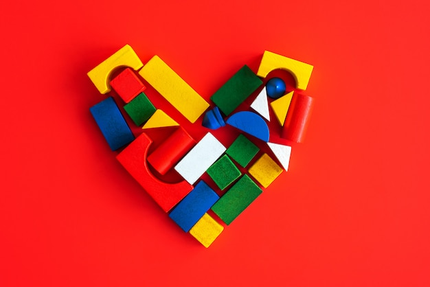 木製の明るい幾何学的図形、子供の愛の創造的な心