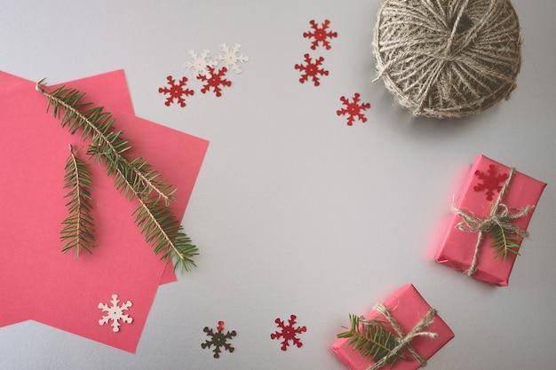Рождество с подарочные коробки, клубки веревки, бумаги и украшения на красный. подготовка к праздникам.