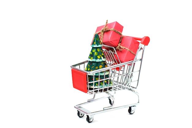 Рождественские подарки в супермаркете тележки на белом