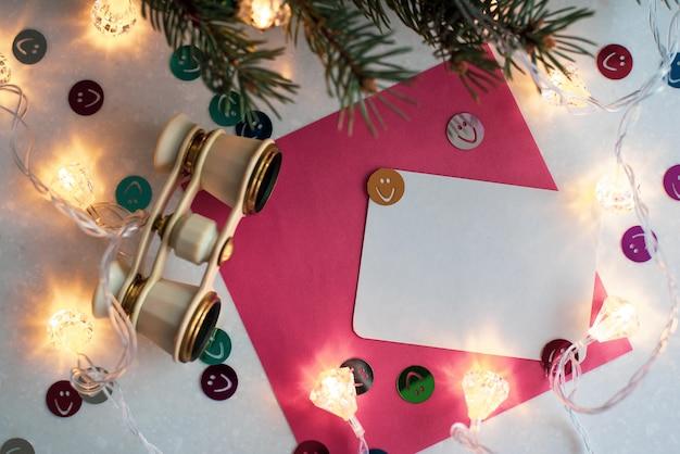 クリスマスの装飾が施された空白の白いグリーティングカード