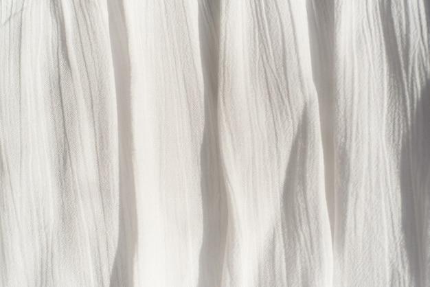 Фоновая текстура ткани тонкая ткань, с вертикальной неровной папкой.