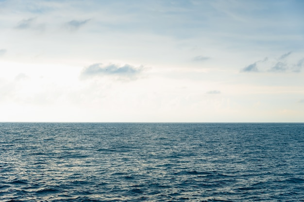 Морской пейзаж. небо с облаками, волнами на поверхности моря.