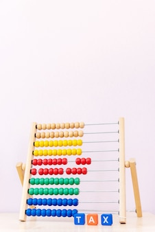 プラスチック製のブロックとチャイルズブライトスコアからの税単語と税の概念