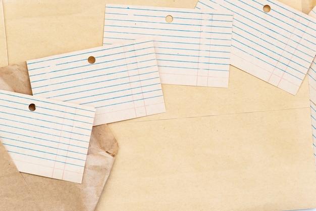 並べてレイアウトされた古い空白のカードファイル。レトロなスタイルのデザインの空白として使用します。