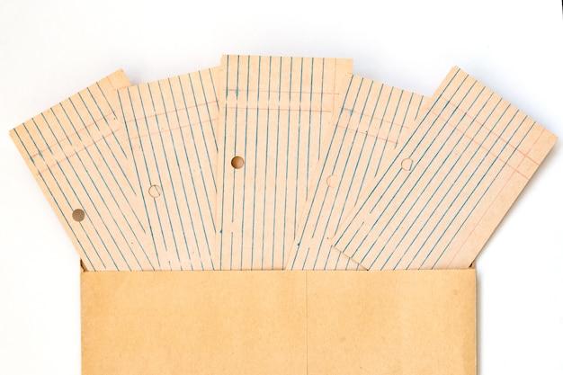 並べてレイアウトされた古い空白のカードファイル。クラフト紙から封筒に書くための紙。