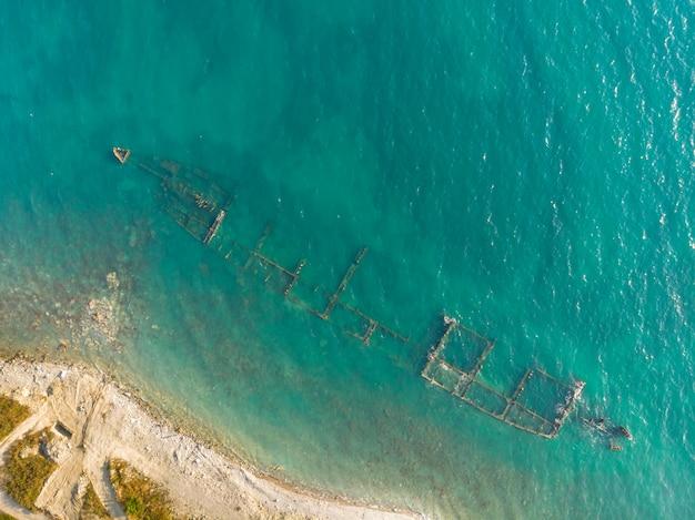 Скелет разрушенного морского корабля у берега. воздушный вид сверху