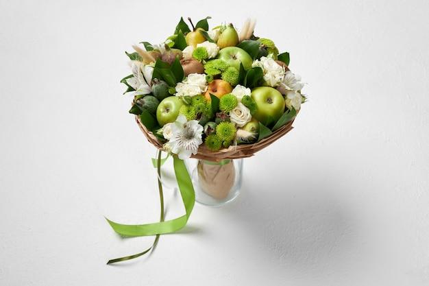 Уникальный зеленый букет из фруктов и цветов в подарок