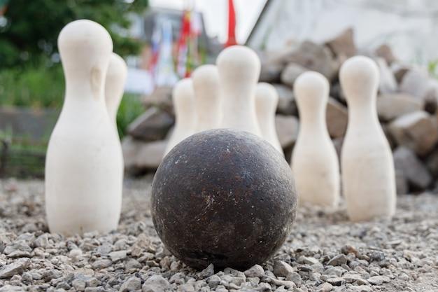 立っている白いピンの古代の金属ボール