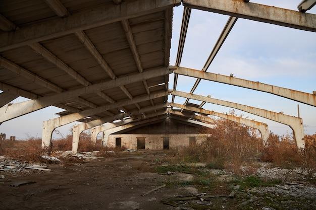 古いスレート屋根の牛農場のほとんど破壊された建物