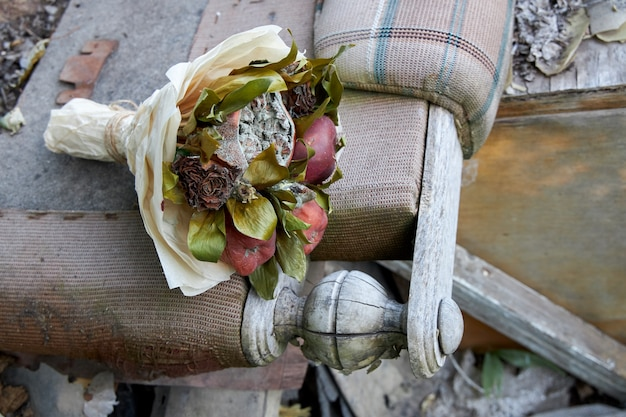 破壊された古い生活の象徴としての腐った果物としおれた花の束