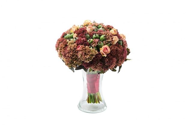 花と緑のフェイジョアの豊かな花束は花瓶に立つ