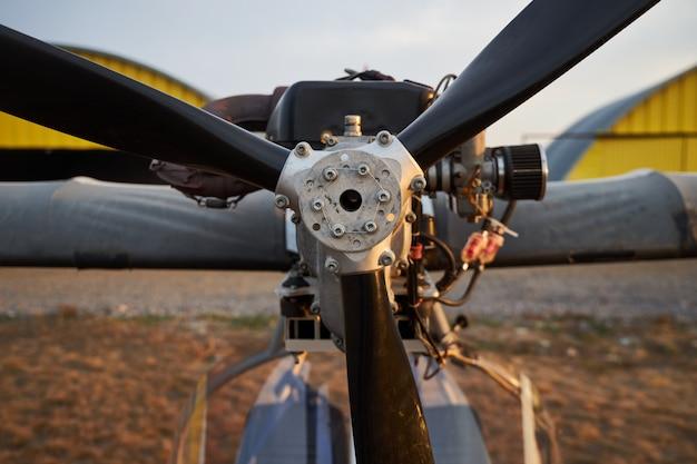 飛行場に立っている超軽量航空機のエアプロペラ、クローズアップ