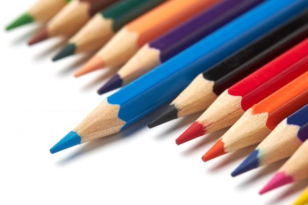 Синий карандаш выделяется из ряда других цветных карандашей