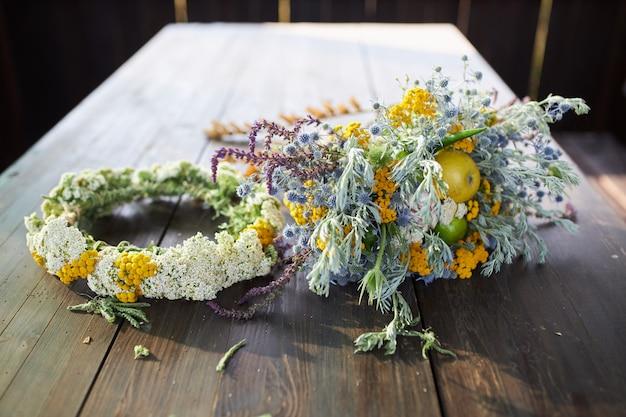 木製のテーブルに野生の花の美しい香りのよい花束